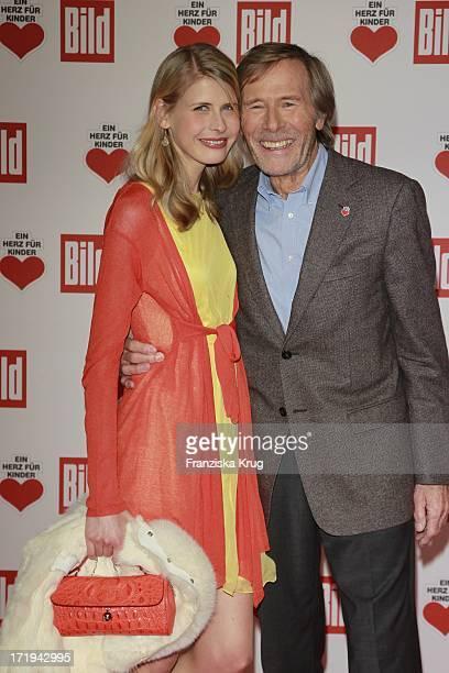 Laura Janson Und Vater Horst Bei Der Ankunft Zur Ein Herz Für Kinder Gala In Der Axel Springer Passage In Berlin