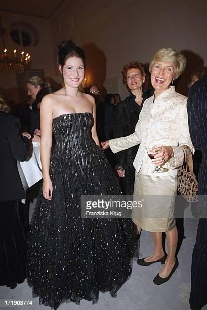 Laura Rau und Friede Springer Bei Charity Modenschau Auf Schloss Bellevue