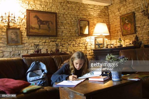 Laura une adolescente de 14 ans en classe de troisième fait ses devoirs après ses cours Chaque jour deux heures sont souvent nécessaires pour...