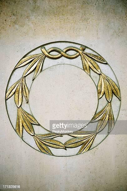Corona di alloro oro sollievo sul muro di pietra
