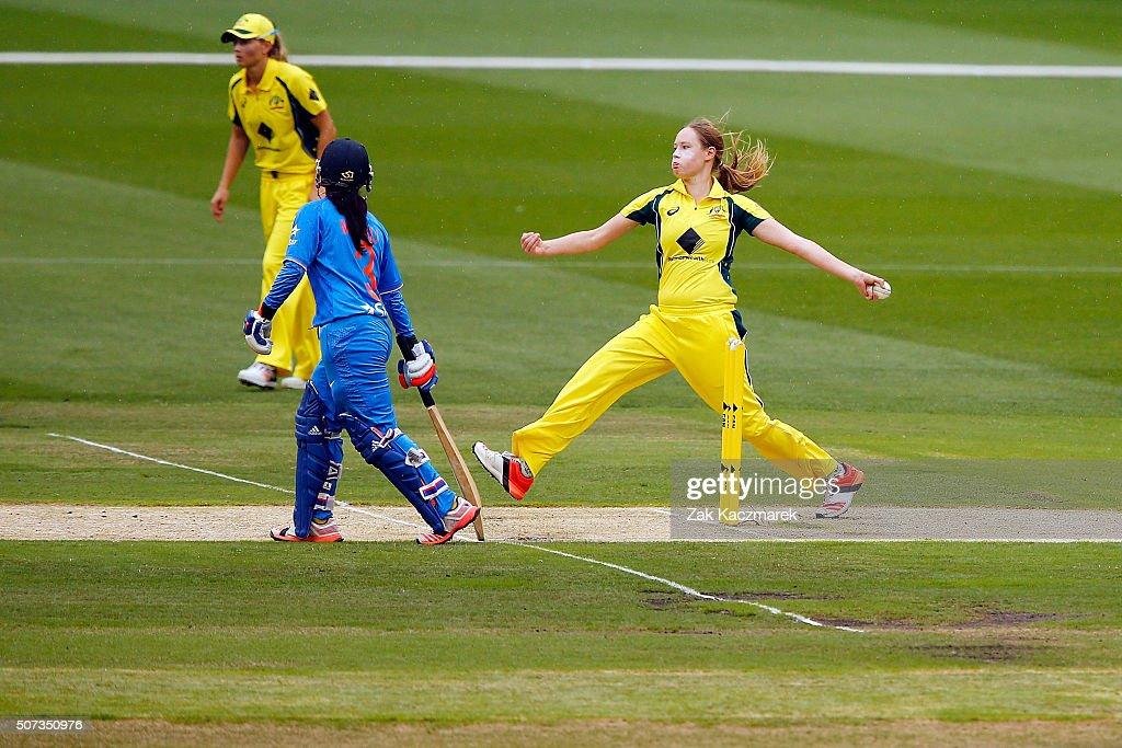 Australia v India - Women's T20: Game 2 : News Photo