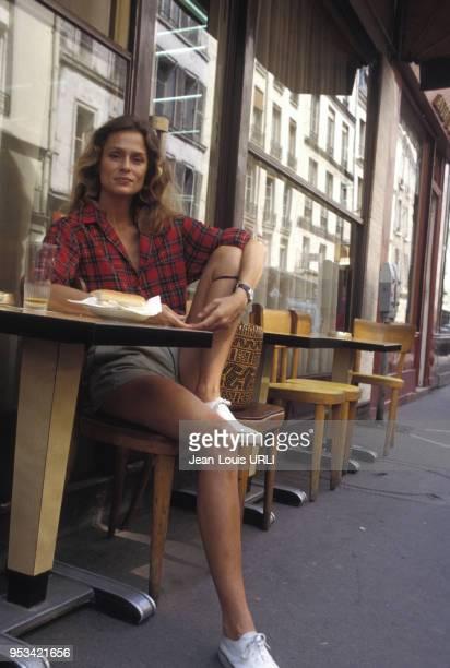 Lauren Hutton assise à la terrasse d'un café circa 1970 à Paris France