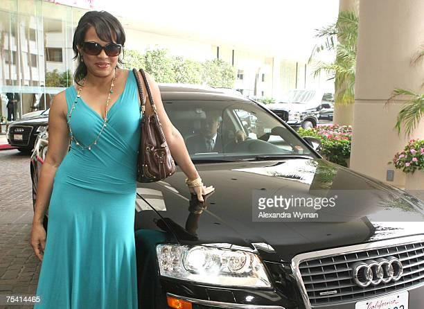 Photo of Lauren Vélez  - car