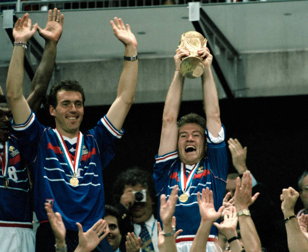 Laurent Blanc e Didier Deschamps festeggiano la prima storica Coppa del Mondo vinta nel torneo di Francia '98. Foto: Getty Images.