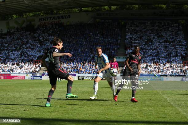 Laurent Depoitre of Huddersfield Town in action with Hector Bellerin and Ainsley MaitlandNiles of Arsenal during the Premier League match between...