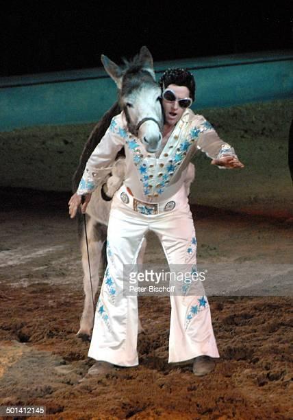 Laurent Jahan mit Esel Miko PferdeShow Apassionata Zeit für Träume ÖVBArena Bremen Europa Auftritt EselDressur Tier Perücke Sonnenbrille Kostüm Promi...