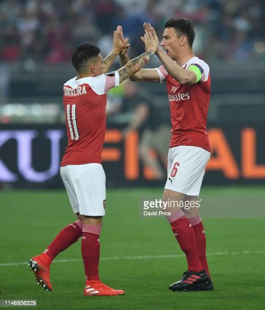 Laurent Koscielny high fives Lucas Torreira of Arsenal before the UEFA Europa League Final between Chelsea and Arsenal at Baku Olimpiya Stadionu on...