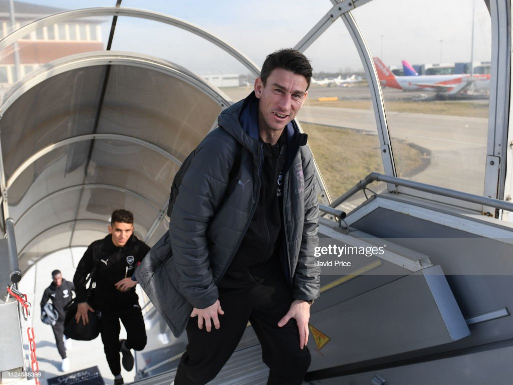 Arsenal Players Board the Plane to Minsk : News Photo