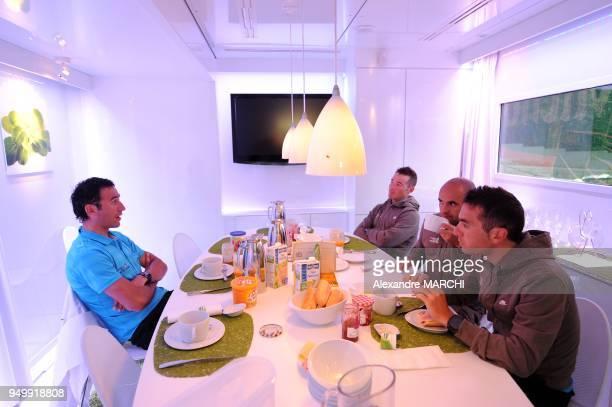 Laurent Lefevre et Thomas Voeckler avec deux techniciens pendant le petitdejeuner dans le vehicule espace nutrition Fleury Michon