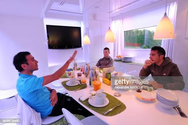 Laurent Lefevre et Thomas Voeckler avec un technicien pendant le petitdejeuner dans le vehicule espace nutrition Fleury Michon