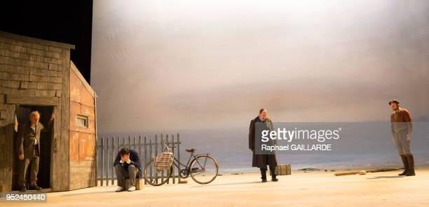 Laurent Stocker Jérémy Lopez Hervé Pierre et Stéphane Varupenne de la ComédieFrançaise interprètent la pièce 'La Mer' d'Edward Bond mise en scène...