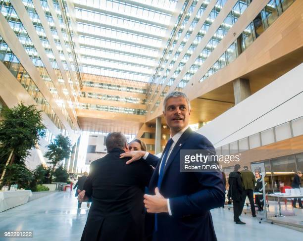Laurent Wauquiez et sa femme Charlotte pénètrent dans l'enceinte du bâtiment de la Région Auvergne Rhônes Alpes le 4 janvier 2016 à Lyon France Dans...
