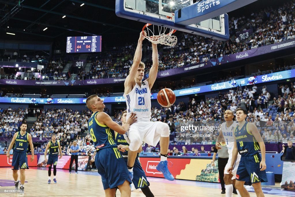Lauri Markkanen (C) of Finland vies with Edo Muric (L) of Slovenia during the basketball European Championships Eurobasket 2017 qualification round match between Finland and Slovenia in Helsinki, Finland, on September 2, 2017. / AFP PHOTO / Roni Rekomaa AND Lehtikuva / Roni Rekomaa / Finland OUT