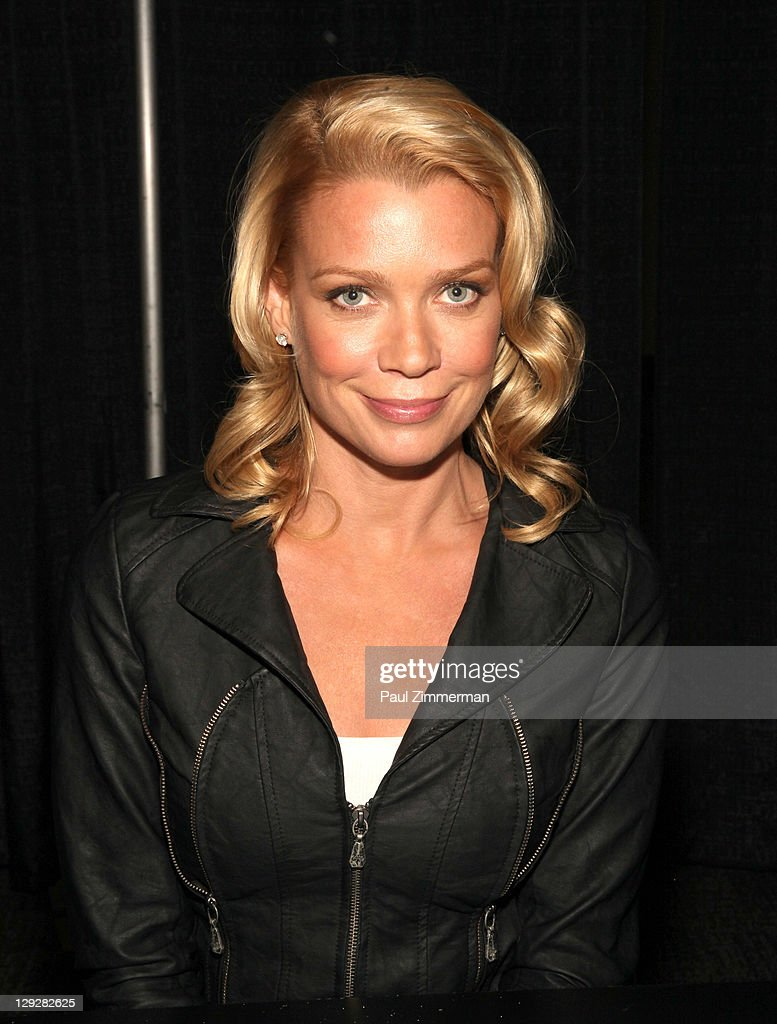 Photos et images de new york comic con laurie holden attends new york comic con the walking dead at javits center publicscrutiny Gallery
