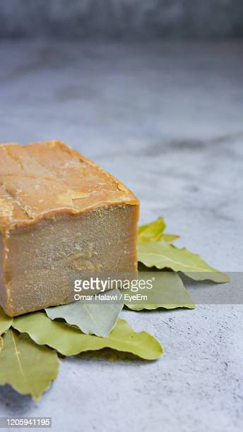 laurus nobilis ,aleppo soap is a handmade, hard bar soap or ghar soap made from olive oil and lye - アレッポ市 ストックフォトと画像