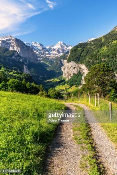 lauterbrunnen valley, switzerland, europe - lauterbrunnen - fotografias e filmes do acervo