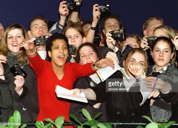 Lautstark empfangen jugendliche Fans ihre Idole am 4.3.1999 vor dem Hamburger CCH. Ein hochklassiges Staraufgebot aus der Musikszene war in die...