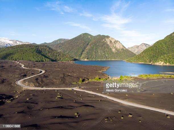 lavabetten am ufer des verde-sees im conguillio-nationalpark - patagonische anden stock-fotos und bilder