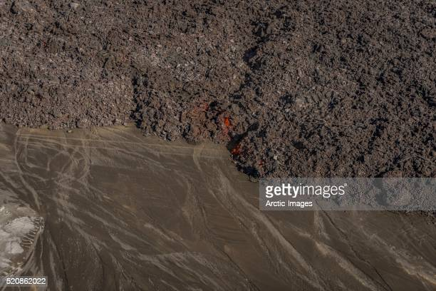 lava flow with tire tracks, holuhraun fissure eruption, near the bardarbunga volcano, iceland - paisaje volcánico fotografías e imágenes de stock