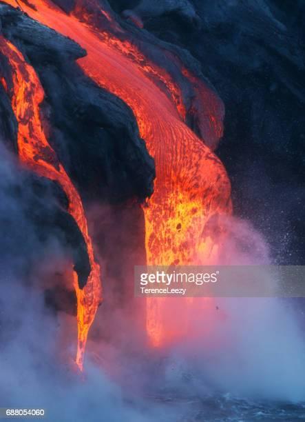 lava flowing into the pacific ocean - vulcano attivo foto e immagini stock
