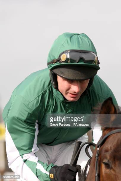 Lava Lamp ridden by jockey Paul Moloney goes to post in thebettingsitecom Adonis Juvenile Hurdle