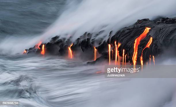 lava ocean entry, kilauea, hawaii - vulkan stock-fotos und bilder