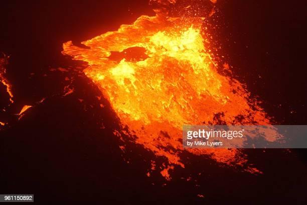 lava overflows 40 foot tall raised rim of lava lake, pu'u o'o, may 2011 - pu'u o'o vent stock pictures, royalty-free photos & images
