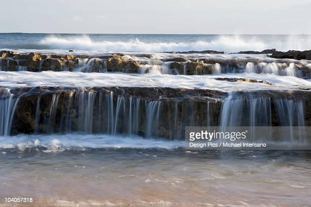 lava shelves and surf, salt pond beach park, kauai, hawaii, usa - ソルトポンド ストックフォトと画像