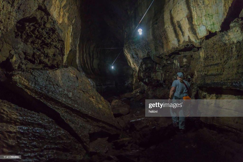 Túnel de lava en Santa Cruz, Galápagos : Foto de stock
