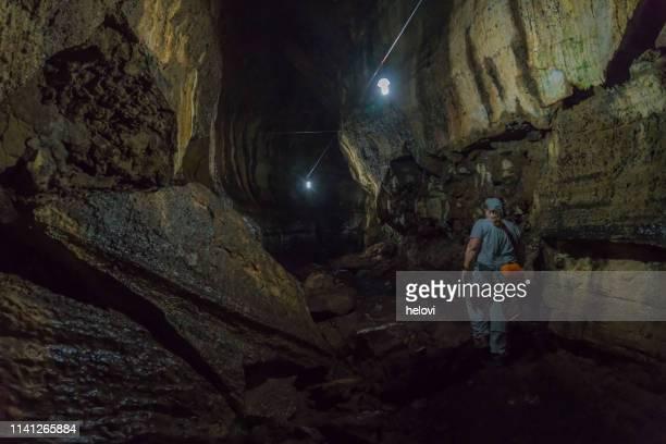 túnel de lava en santa cruz, galápagos - isla de santa cruz islas galápagos fotografías e imágenes de stock