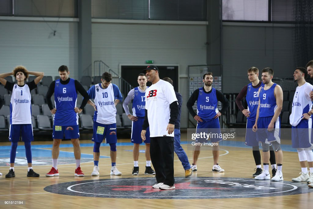 lavar ball father of lamelo and liangelo ball talks to the team