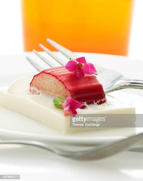 Lavendel Pochierter Rhabarber mit Vanille Pudding und