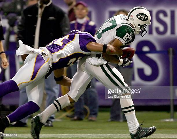 Laveranues Coles of the New York Jets carries the ball for a touchdown against Fred Smoot of the Minnesota Vikings on December 17 2006 at Hubert H...