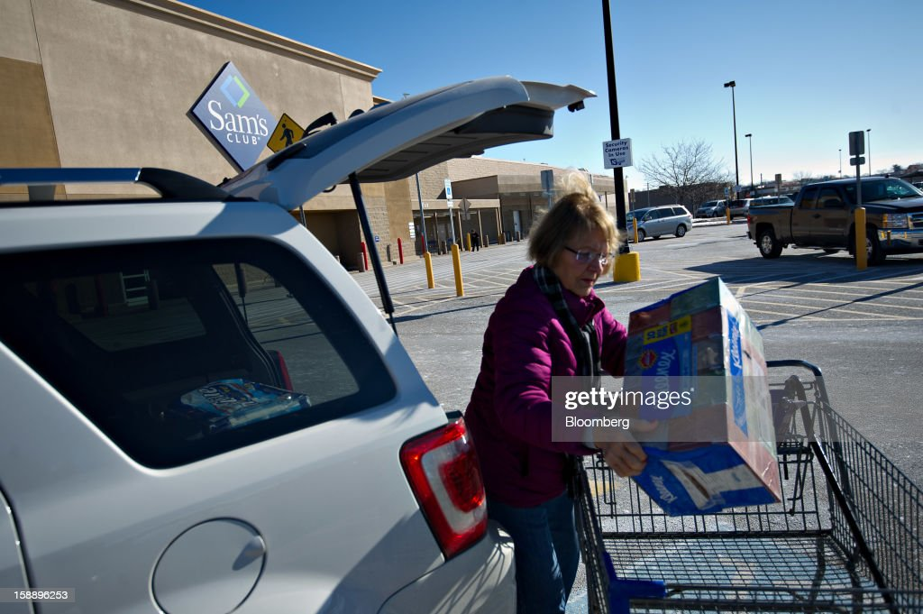 LaVerne Collinge unloads boxes of Kleenex tissues from her shopping cart outside a Sam's Club store in Peoria, Illinois, U.S., on Wednesday, Jan. 2, 2013. The International Council of Shopping Centers is scheduled to release U.S. chain store sales data on Jan. 3. Photographer: Daniel Acker/Bloomberg via Getty Images