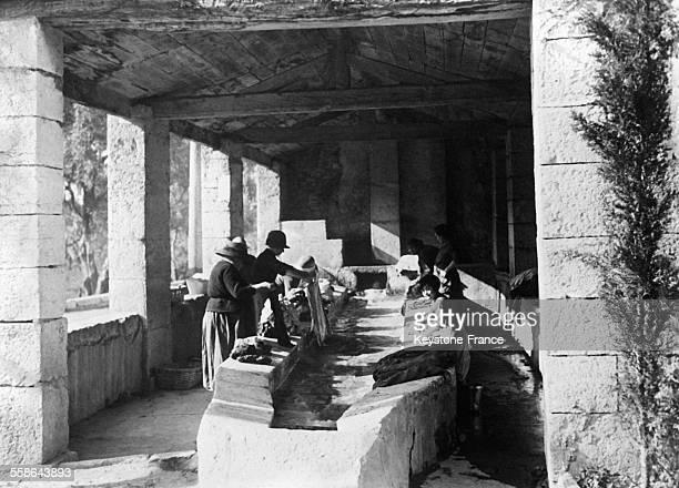 Lavoir de pierres massives très ancien dans le village de Saint-Paul-de-Vence, France en 1930.