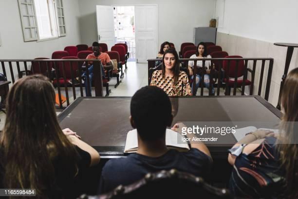 estudiantes de la facultad de derecho durante la clase práctica en la corte - crime or recreational drug or prison or legal trial fotografías e imágenes de stock