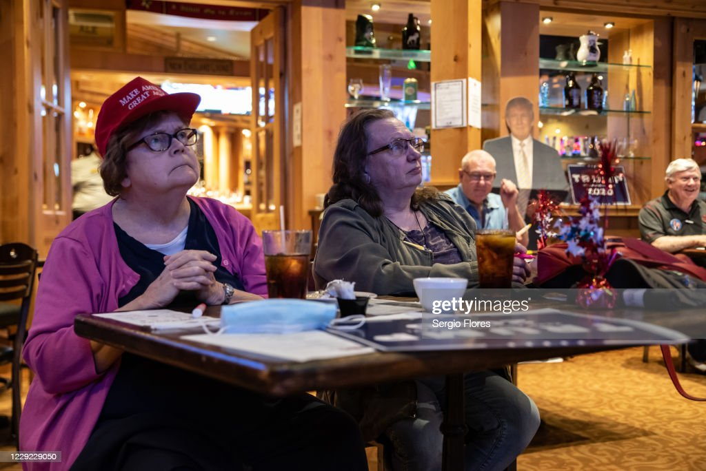 Americans Watch Final Presidential Debate Between Donald Trump And Joe Biden : ニュース写真