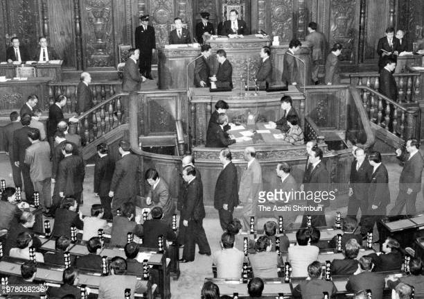 Lawmakers vote a nonconfidence motion on Prime Minister Noboru Takeshita at a Lower House plenary session on December 23 1988 in Tokyo Japan
