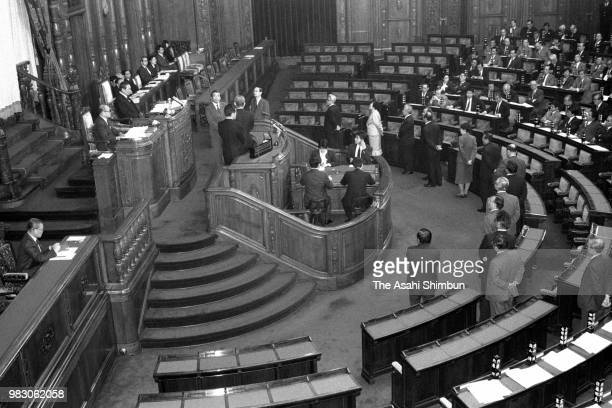 Lawmakers vote a nonconfidence motion on Prime Minister Noboru Takeshita at a Lower House plenary session on December 24 1988 in Tokyo Japan