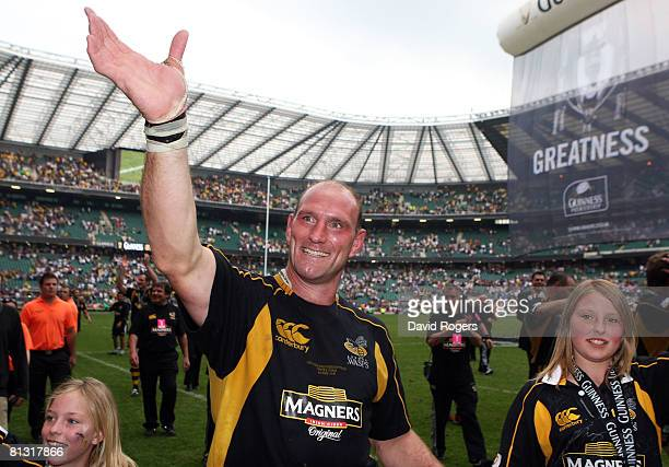 Lawrence Dallaglio of Wasps celebrates victory with his daughters Josie and Ella after the Guinness Premiership Final match between Leicester Tigers...