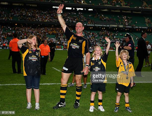 Lawrence Dallaglio of Wasps celebrates victory with his son Enzo and daughters Ella and Josie after the Guinness Premiership Final match between...