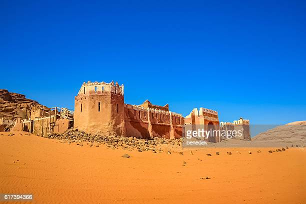 lawrence of arabia movie set castle wadi rum desert jordan - t.e. lawrence stock pictures, royalty-free photos & images