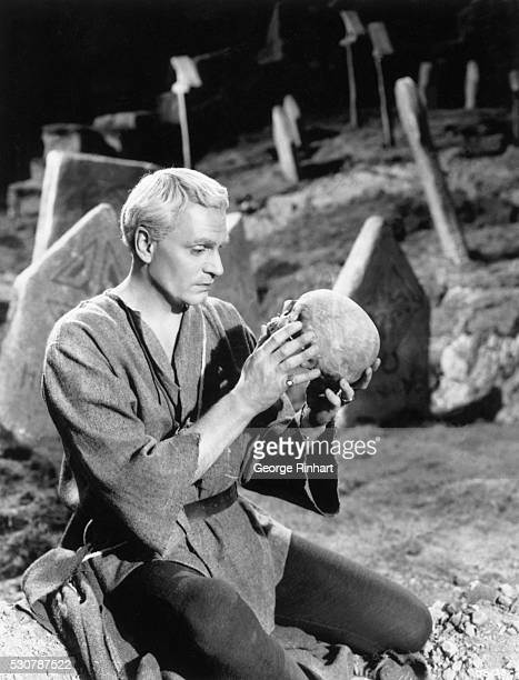 Lawrence Olivier speaks with the skull of 'Yorick' in the 1948 UniversalInternational production of 'Hamlet' Olivier is playing Hamlet Undated movie...