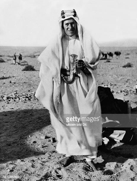 Lawrence, Thomas Edward *15.08.1888-+Archaeologist, Writer, Secret Agentfame as Lawrence of Arabia- Portrait as a Bedouin- Published in: 'B.Z.';...