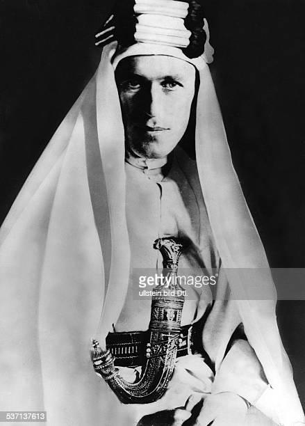 Lawrence, Thomas Edward , Archaeologe, Schriftsteller, Geheimagent, GB, genannt 'Lawrence von Arabien', - Portrait im Beduinengewand, - undatiert