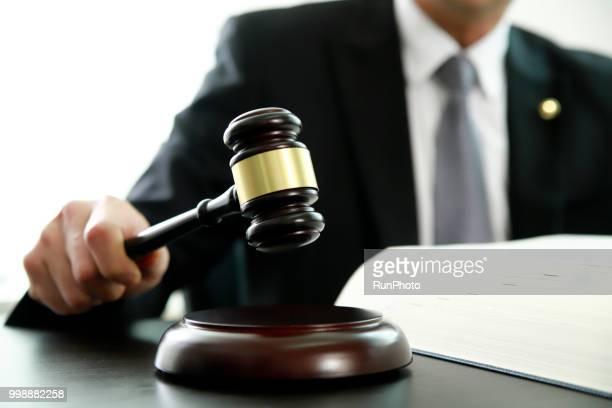 lawyer holding gavel at desk - leilão - fotografias e filmes do acervo