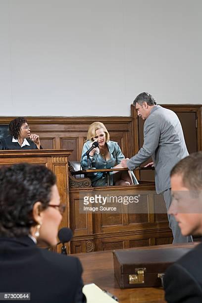 a lawyer questioning a witness - gerechtsgebouw stockfoto's en -beelden