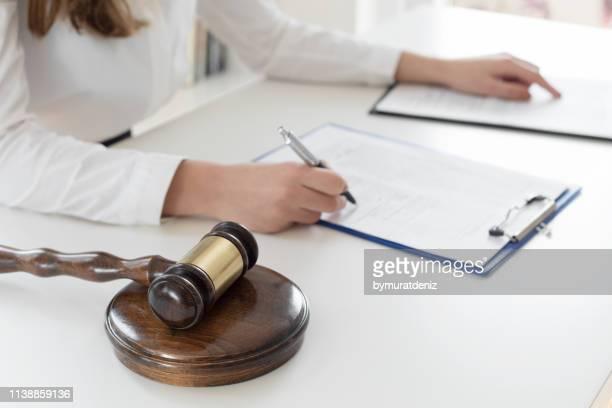 abogado leer contrato - abogado fotografías e imágenes de stock