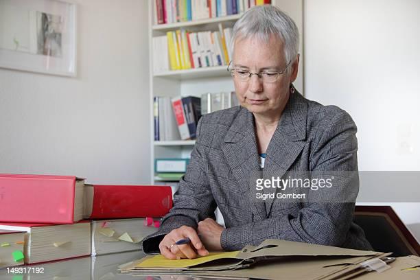 anwalt lesung notizen im büro - sigrid gombert stock-fotos und bilder