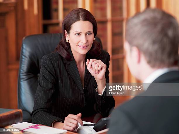 Les avocats parler dans le bureau
